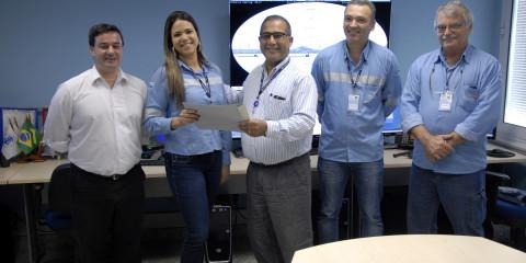 Primeira mulher formada como Operadora de VTS no Brasil, Bianca Emme recebe seu certificado das mãos do diretor da FHM, Jailson Bispo Ferreira, ao lado de instrutores do curso.