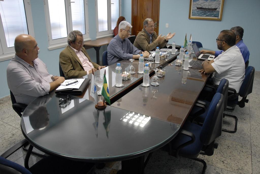 Os representantes Helio de Lamare, Homero Sampaio, Luiz Régulo Ramalho e Marcelino Souza (da dir. p/a esq.) se reuniram com Edemir Ramos e Jailson Bispo, do SINDMAR, para negociar o próximo ACT com a as empresas offshore.