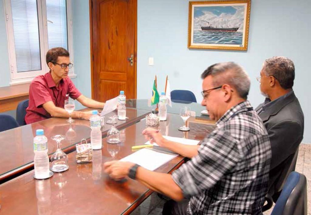 O Segundo Presidente do SINDMAR José Válido e o DiretorSecretário Odilon Braga (à direita) com Rinaldo Almeida, Auditor-Fiscal do Trabalho no Rio de Janeiro, reunidos na sede da entidade para tratar das ações para obrigar o cumprimento da RN-72.