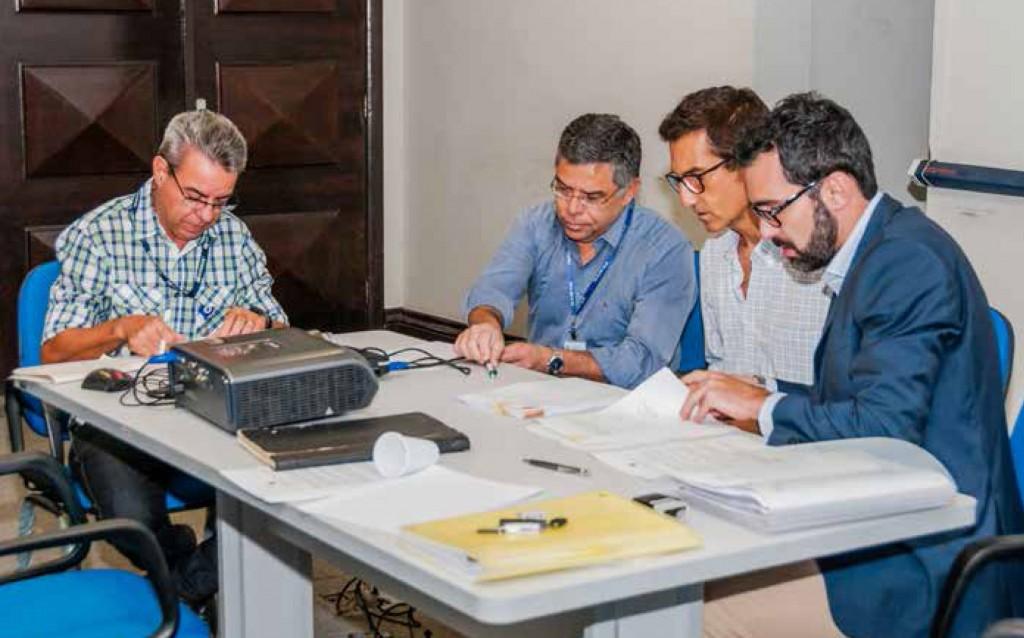 Em sentido horário, o Diretor do SINDMAR, Odilon Braga; o Chefe da Seção de Fiscalização e o Auditor-fiscal do MTPS, Augusto Lemos de Lima e Rinaldo Almeida; e representante das empresas reunidos no Ministério.