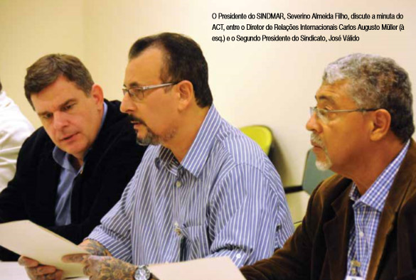 O Presidente do SINDMAR, Severino Almeida Filho, discute a minuta do ACT, entre o Diretor de Relações Internacionais Carlos Augusto Müller (à esq.) e o Segundo Presidente do Sindicato, José Válido