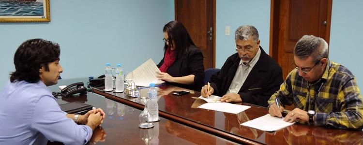 O Primeiro presidente do SINDMAR José Válido e o Diretor-secretário da instituição assinam o ACT com a Excelerate